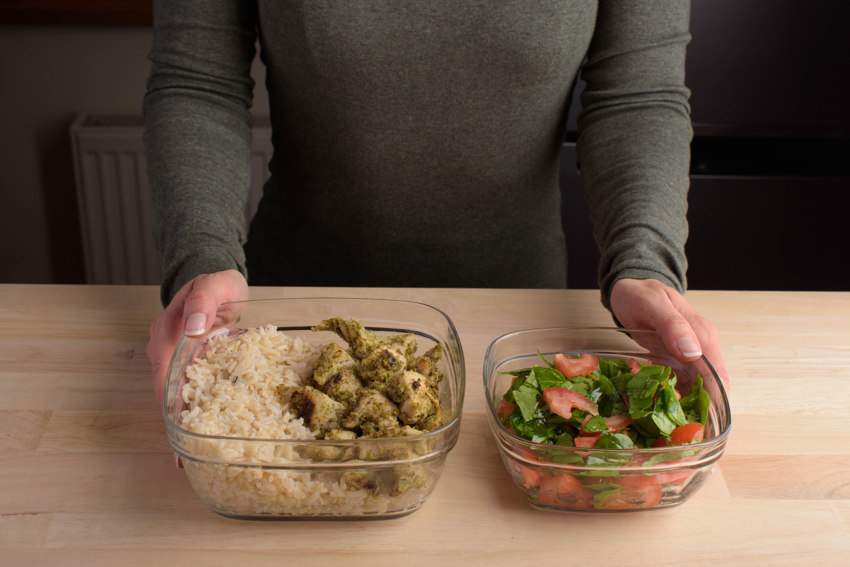 Vistas fileja marinādē ar rīsiem un salātiem